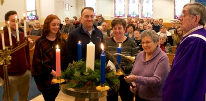 the-travis-family-lighting-the-candle-of-hope-advent-at-trinity-church-12-18-2016